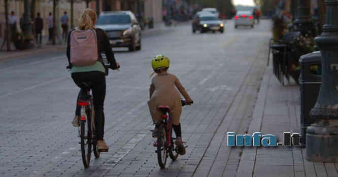 Dviratininkė mama su dukryte kelyje