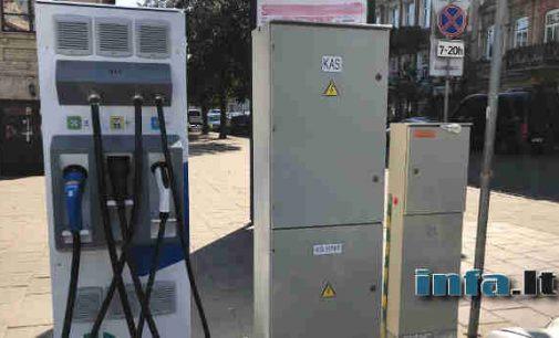 Savivaldybėse plečiamas elektromobilių įkrovimo stotelių tinklas, bet eiliniam vairuotojui džiaugtis nėra kuo