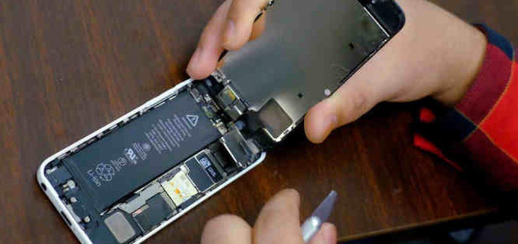 ES planuoja priversti išmaniųjų telefonų gamintojus tiekti keičiamas baterijas
