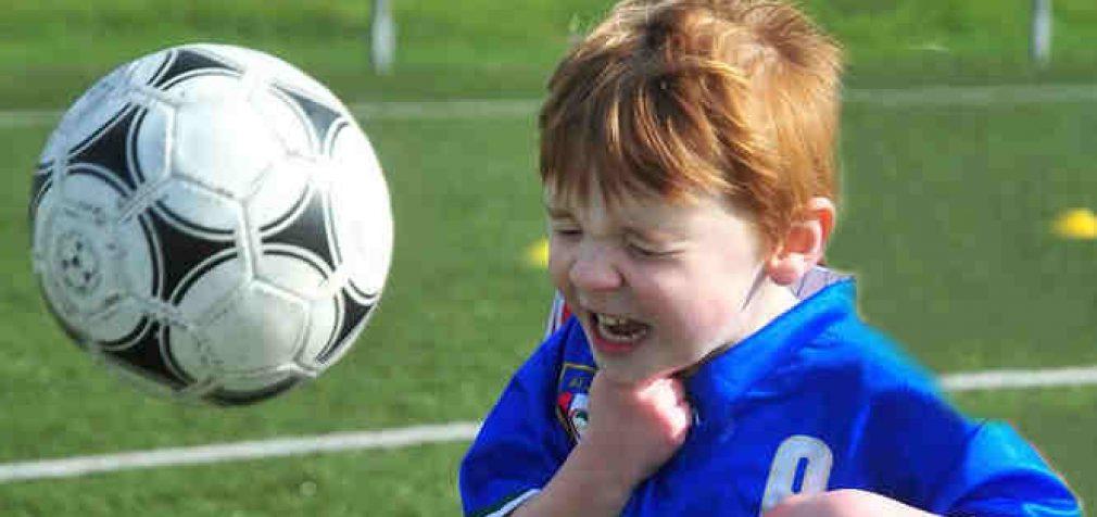 Jauniesiems futbolininkams Britanijoje uždraudžiama žaisti galva