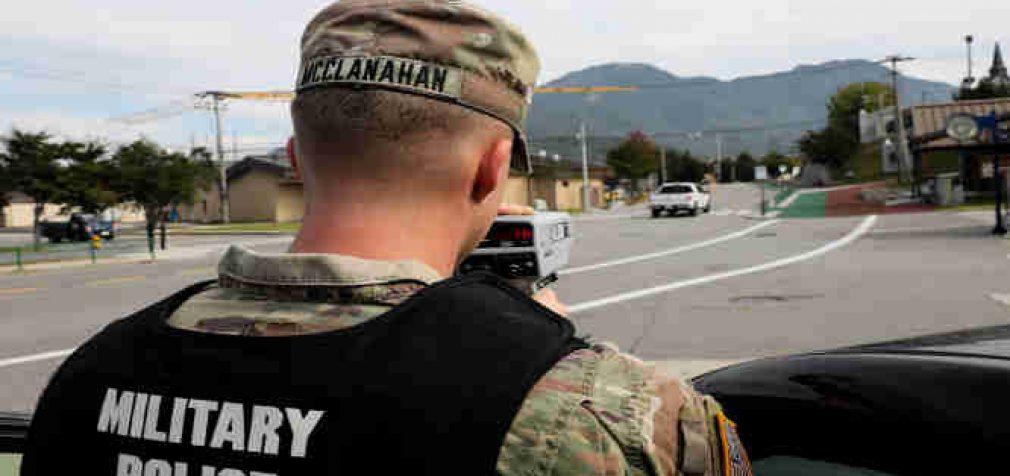 Vyriausybė pritarė įstatymų projektams, pagal kuriuos civilių gyventojų administracines bylas galės tirti Karo policija
