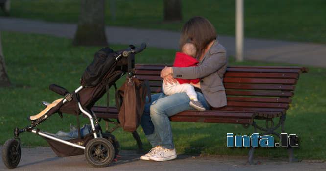 Mama su vaiku ant suoliuko