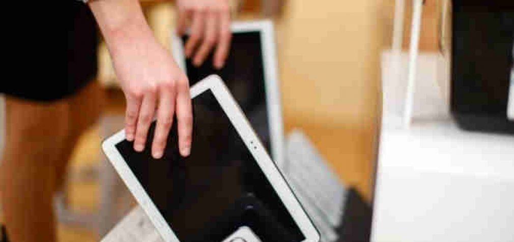 Į savivaldybes iškeliauja pirmieji 2 tūkstančiai mokiniams skirtų planšetinių kompiuterių