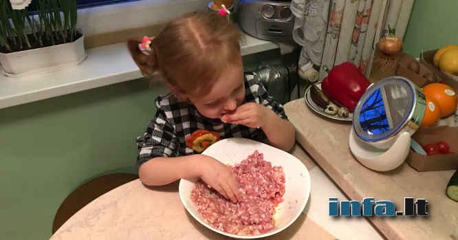 Mergaitė valgo mėsą