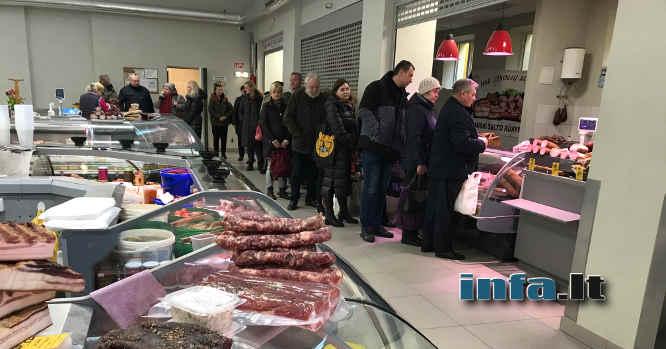 Žmonės eilėje prie mėsos