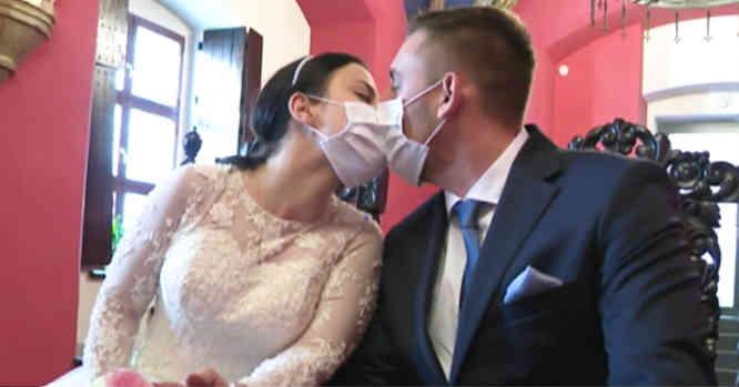 Jaunųjų Bučinys sutuoktuvių metu