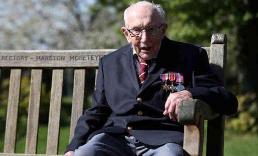 Švyturys rūke: britų veteranui, su vaikštynėmis surinkusiam virš 32 mln svarų gydytojams, suteiktas riterio titulas