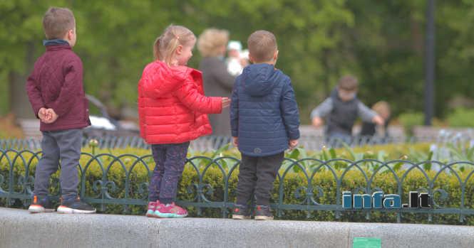 Vaikai prie fontano