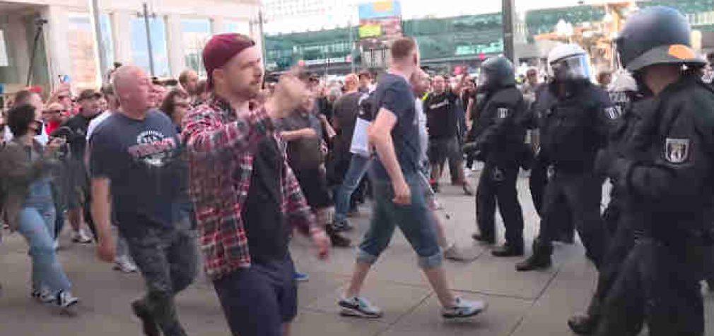 """Vokietijoje tūkstančiai demonstrantų organizavo protestus prieš """"antikoronavirusines"""" priemones"""
