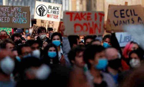 """Dešiniųjų grupuotės pasižadėjo apsaugoti Londono statulas nuo """"antirasistinių"""" protestų dalyvių"""