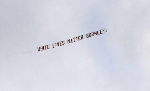 """Anglijos futbolo klubas atsiprašė už reklaminę juostą su užrašu """"Baltųjų gyvybės svarbios"""""""