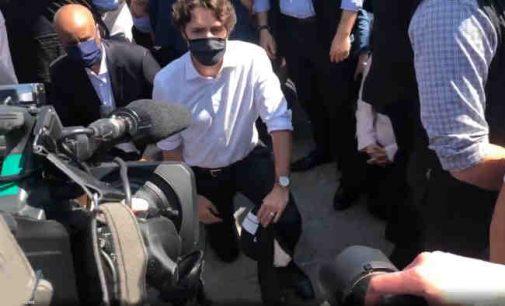 Australija ir Azija prisijungia prie Amerikos protestų, Kanados premjeras klūpėjo apie 9 minutes