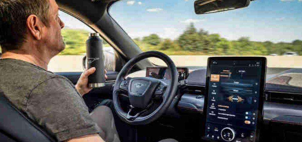 """Ford autopilotas beveik kaip """"Tesla"""", neleis vairuotojui atsipalaiduoti"""