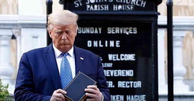 Donaldas Trampas su Biblija