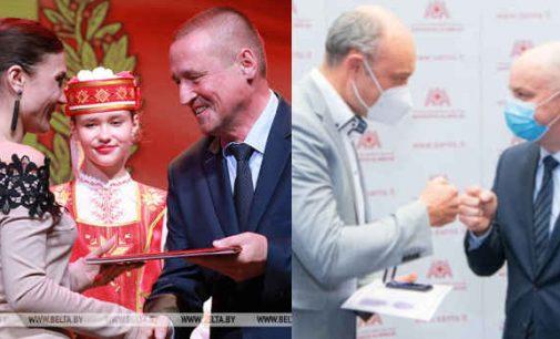 Baltarusijoje buvo sveikinami ir apdovanojami medikai. Kaip ir prieš pusantros savaitės Lietuvoje. Pergalė ar farsas?