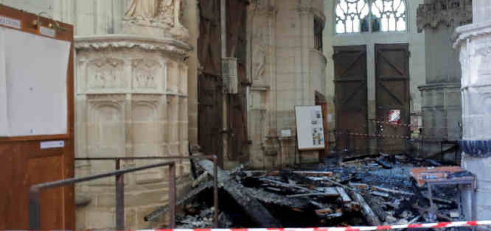 """Senovinės katedros Nante padegimu įtariamas """"malonus, besišypsantis ir drovus"""" migrantas (Papildyta)"""