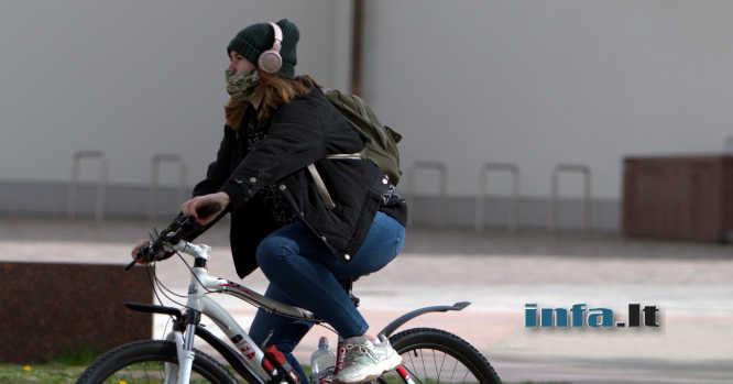 Mergina su kauke ant dviračio