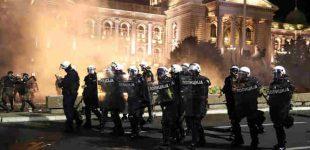 Koronavirusinis maištas: minia šturmavo Serbijos parlamentą