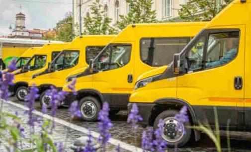 Švietimo ministerija sutiko moksleivių geltonuosius autobusus atiduoti vežant vakcinuoti gyventojus