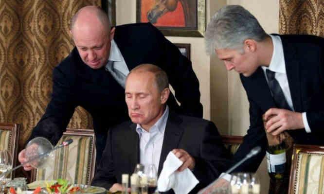 J. Prigožinas (Putino virėjas, kairėje)