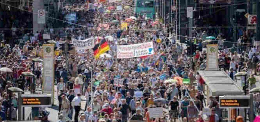 Dešimtys tūkstančių žmonių protestavo Berlyne prieš valdžios priimamas antikoronavirusines priemones