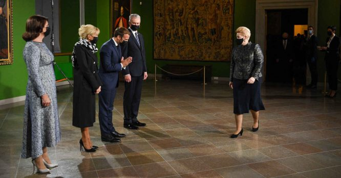 E. Makronas nusilenkia D. Grybauskaitei