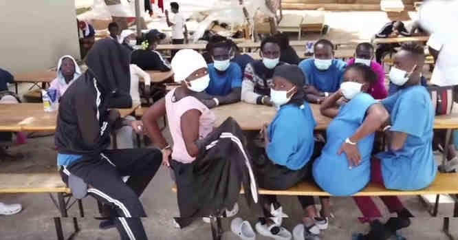 Migrantai Lampedūzos valgykloje