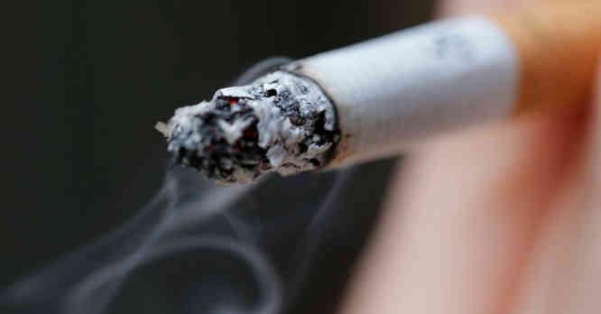 Rūko cigaretę