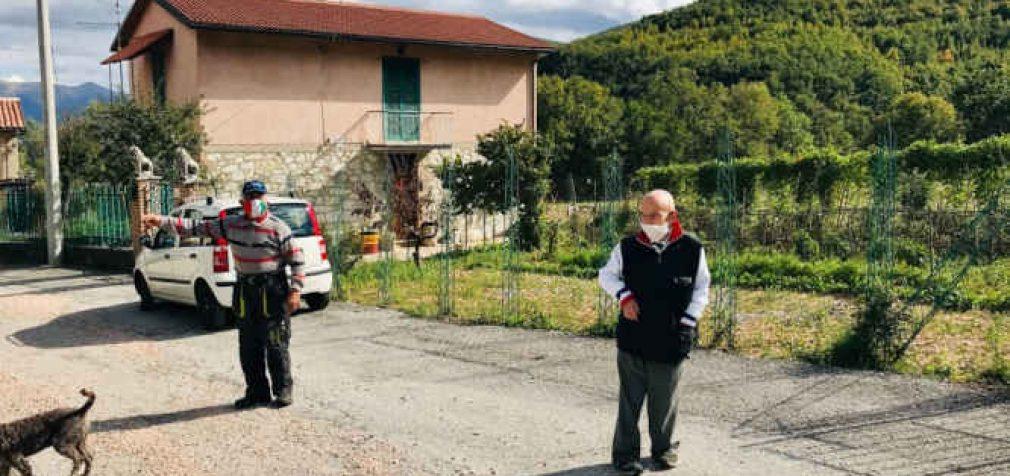 Italijos kaime gyvena tik du žmonės. Jie griežtai laikosi distancijos ir kaukių režimo