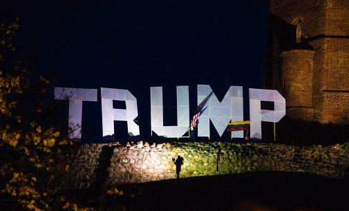 """Vilniuje įvyko lietuvių palaikymo akcija """"Lietuva palaiko Trampą"""", """"Lithuania supports Trump""""."""