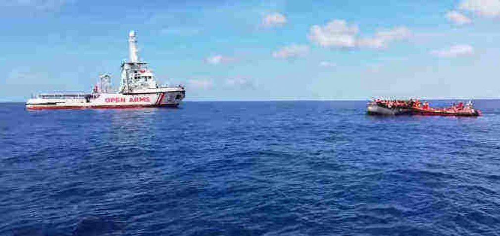 Sorošo finansuojamas nelegalus gabenantis laivas ieško kur prisišvartuoti Europoje su eiline migrantų partija