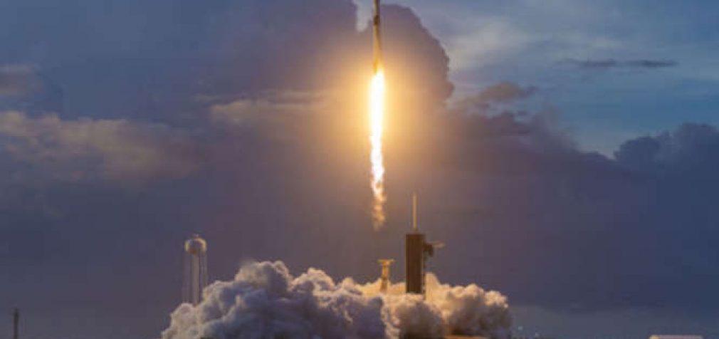 SpaceX planuoja į Žemės orbitą paleisti trečią per mėnesį interneto palydovų partiją