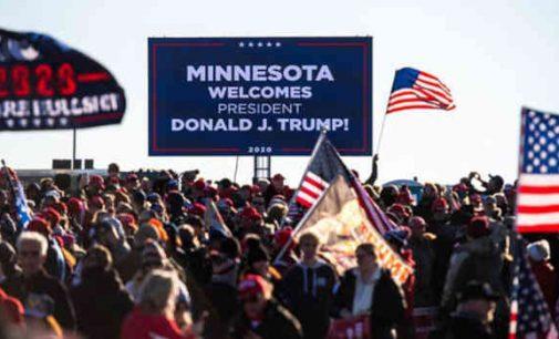 250 žmonių viduje ir tūkstančiai už tvoros: Donaldas Trampas sveikina savo šalininkus Minesotoje