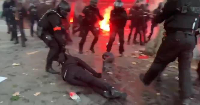 Policininkas tempia žeme žmogų suėmęs už apykaklės