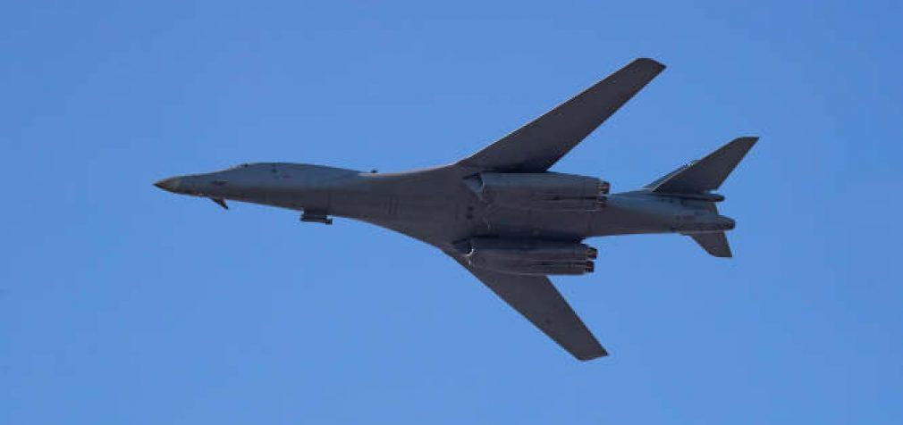 Virš Lietuvos praskrido JAV bombonešis B-1B, lydimas NATO oro policijos naikintuvų