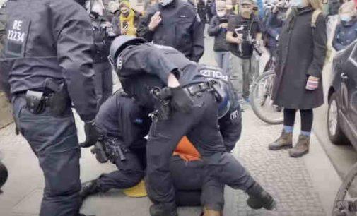 Berlyne policija nutraukė jubiliejinę protesto prieš Covid politiką nukreiptą akciją