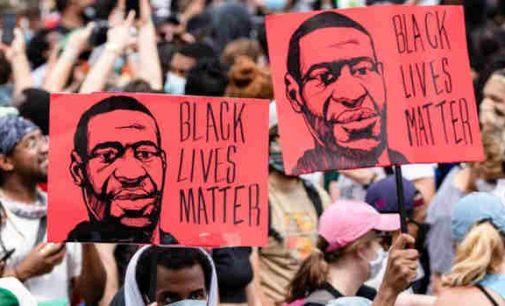 """""""Juodųjų gyvybės svarbios"""": policininkų uždusinto Džordžo Floido šeimai bus išmokėta daugiamilijoninė kompensacija"""