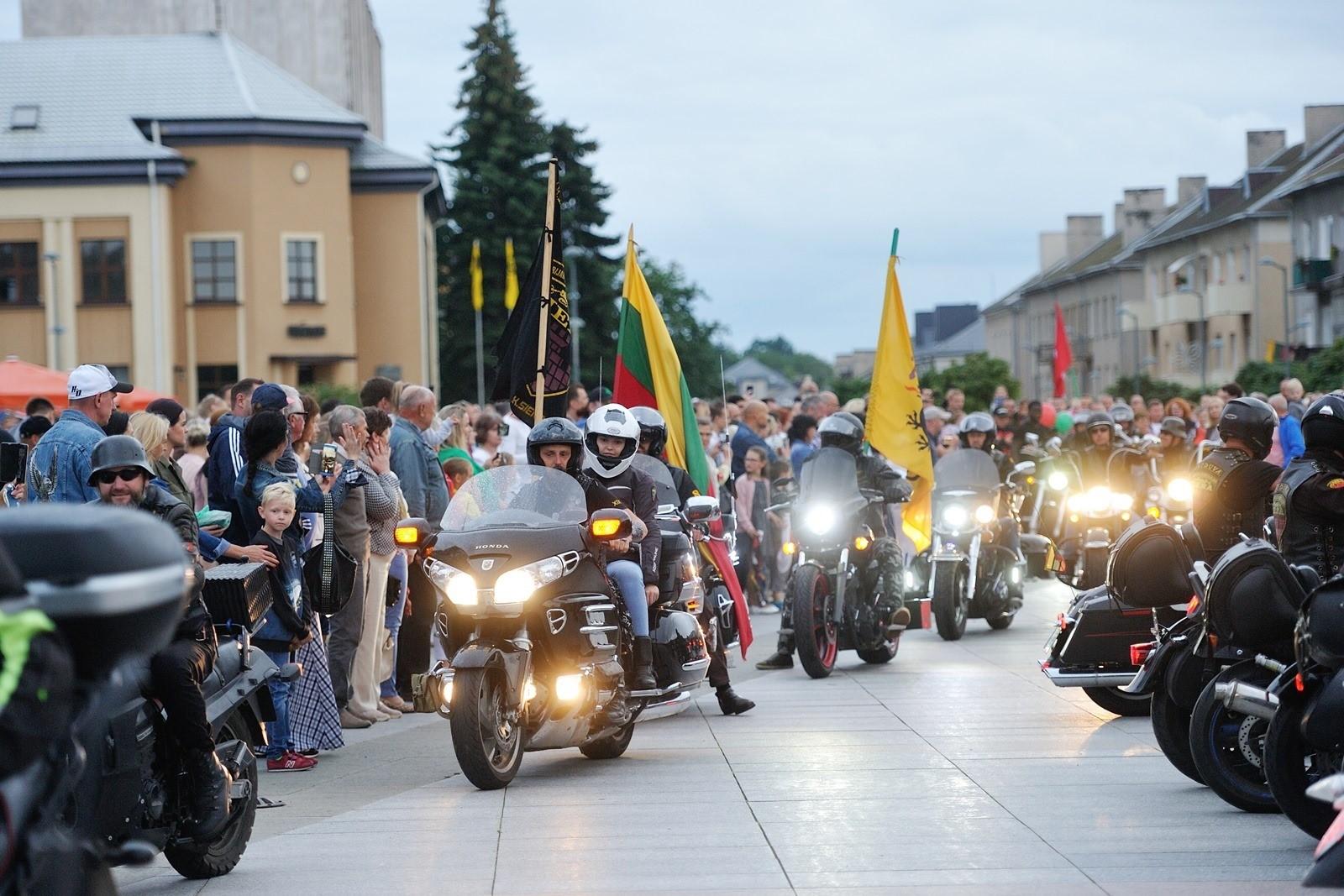 Klubo Siena baikerių motociklai gatvėje