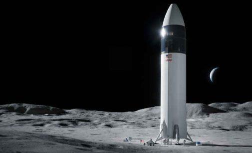 JAV pasirinko Eloną Muską, kad grąžintų žmogų į Mėnulį