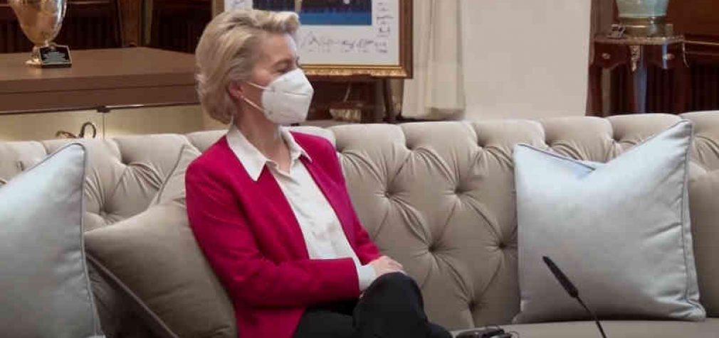 Skandalas: EK vadovę pasodino ant sofos, po ko ji pasijuto įžeista