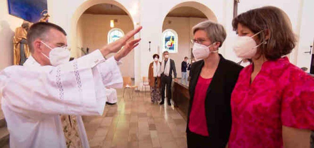 Vokietijoje katalikais save laikantys dvasininkai laimina vienos lyties asmenų santuokas