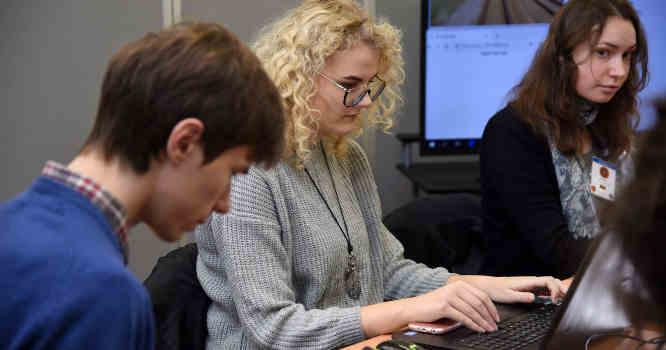 Merginos prie kompiuterio