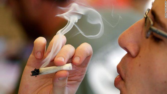 Rūko marihuaną
