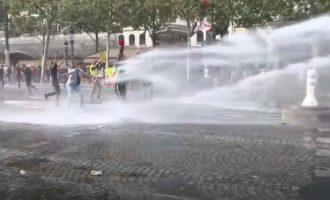 """Protestai prieš """"galimybių pasą"""" Prancūzijoje"""