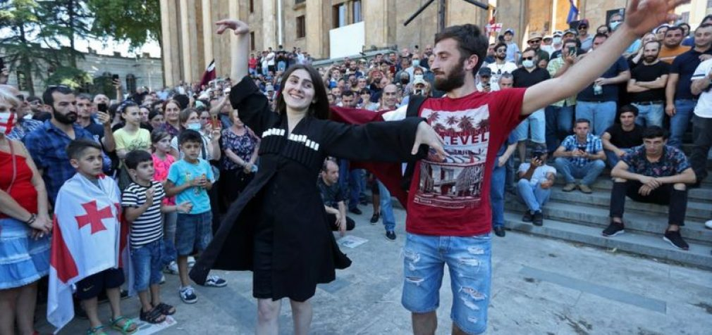 Tbilisyje nuniokota LGBT parado organizatorių būstinė. Akcija atšaukta