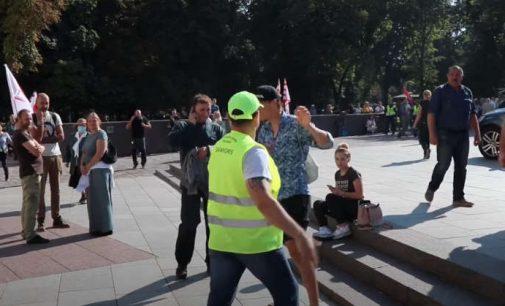 Lietuvos Šeimų Sąjūdžio savanorių apsauga profesionaliai sulaiko ir perduoda policijai provokatorių rugsėjo 10 mitinge