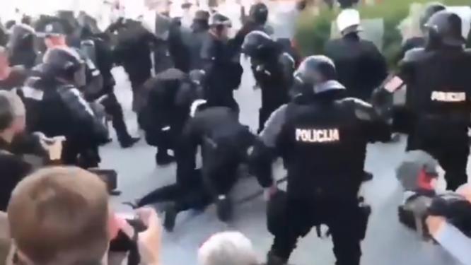 Policija sulaiko protestuojančius