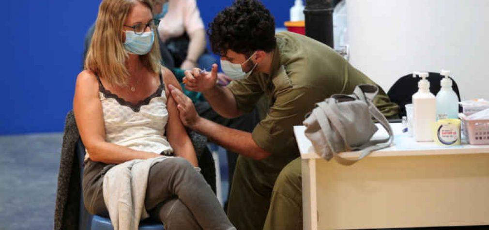 """Izraelio mokslininkai išsiaiškino, kada vakcina """"išgaruoja"""", o paskiepytasis užkrečia visus aplink"""