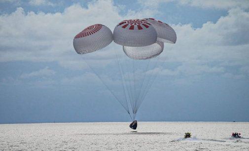 """""""SpaceX"""" kapsulė su pirmąja pasaulyje civiline orbitine įgula nusileido Floridoje"""